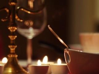 Ниточки пара чашечек с чаем тянутся вверх…